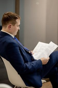 폴더에 서류를 통해 찾고 문서 작업 젊은 사업가