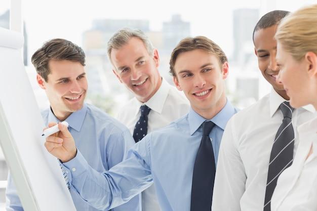 若い、ビジネスマン、ホワイトボード、同僚