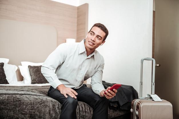 若いビジネスマン。心配しているがホテルに座っている間会議に興奮している青年実業家