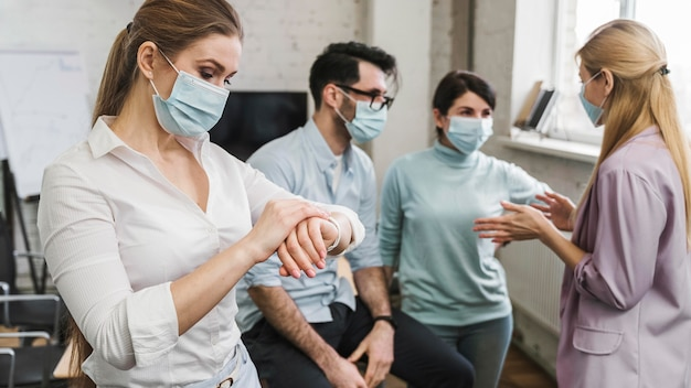 Молодые люди во время встречи с медицинскими масками
