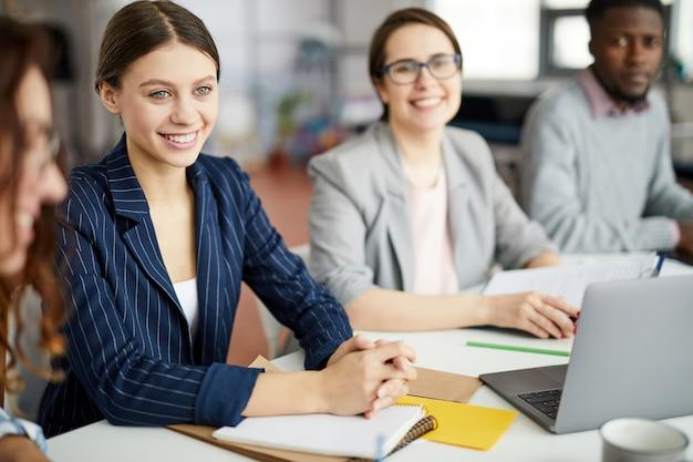 Молодая деловая женщина за столом встречи