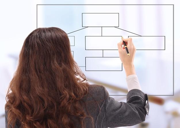 Молодой предприниматель, рисование диаграммы, изолированные на белом фоне