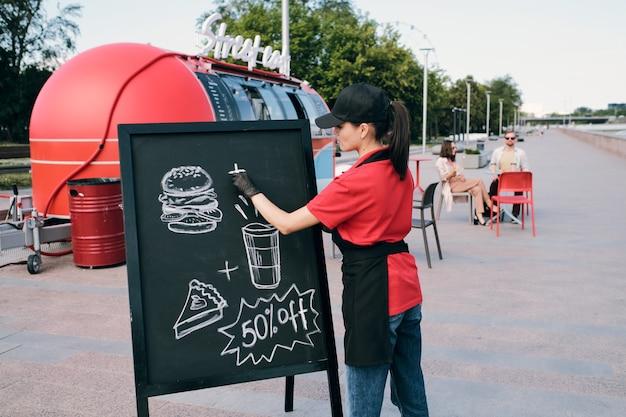 Молодой предприниматель, рисование изображения быстрого питания на доске
