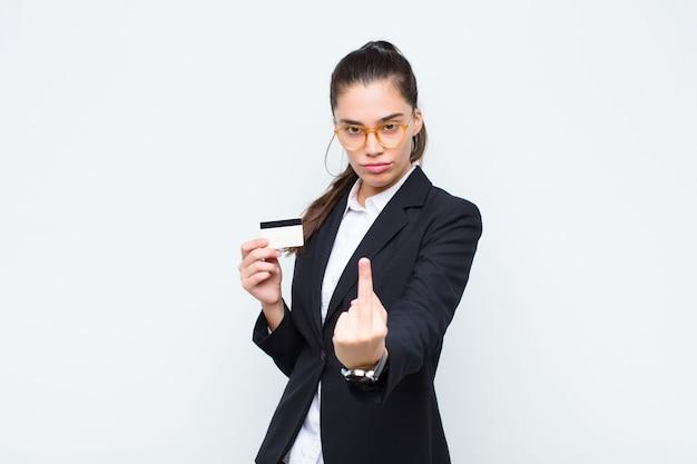怒っている、イライラする、反抗的で攻撃的な感じ、中指を弾く、手形と紙幣で反撃する若い実業家