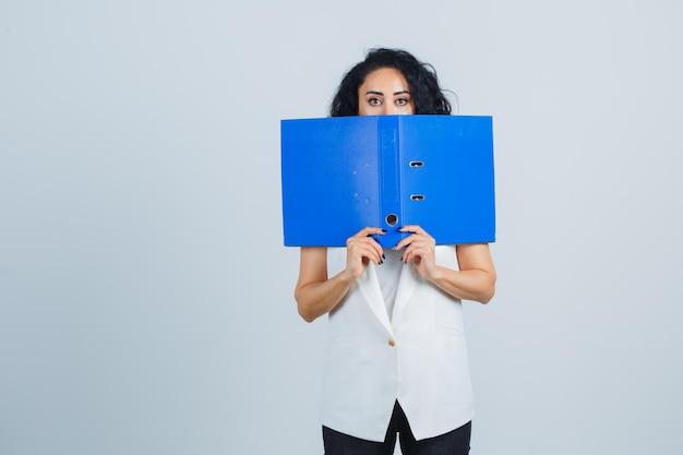 Молодой предприниматель, держа папку синий файл