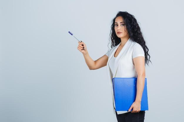 파란색 파일 폴더를 들고 젊은 사업가
