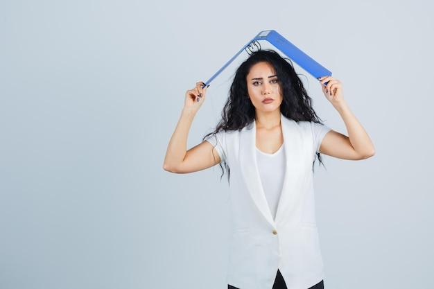 Giovane imprenditrice in possesso di una cartella di file blu