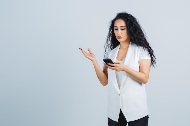 Giovane imprenditrice in possesso di un telefono