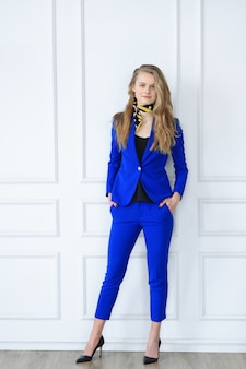 Молодая коммерсантка в голубом платье