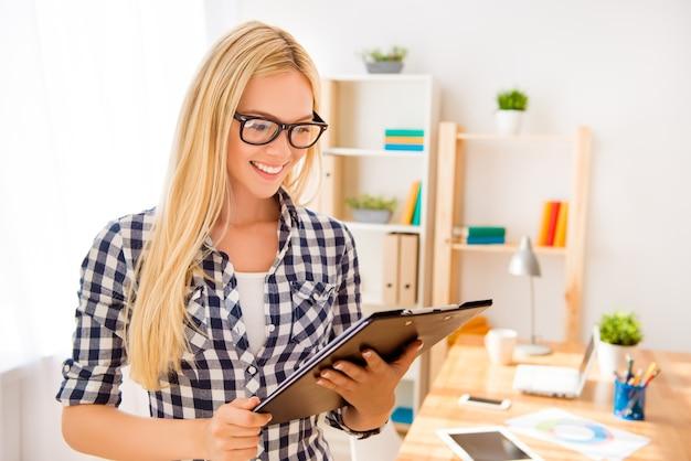契約とドキュメントケースを保持している眼鏡の若い実業家