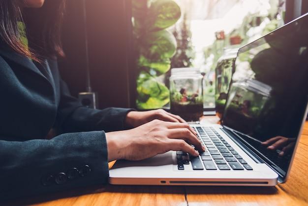 젊은 사업가 자신의 컴퓨터 노트북에 입력하여 작업