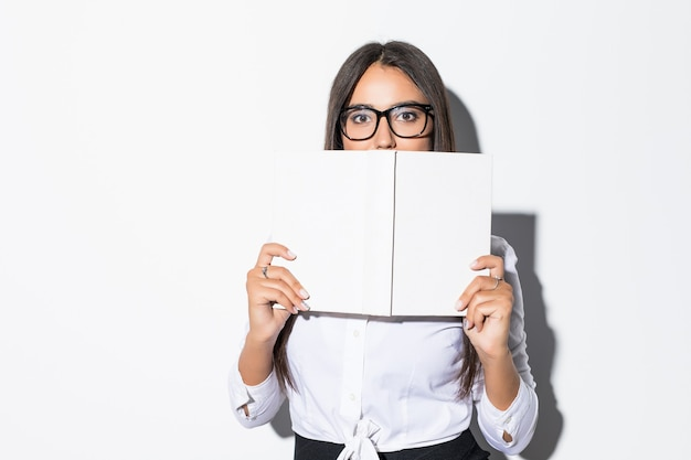 Giovane imprenditrice alla ricerca sul libro con isolato su bianco