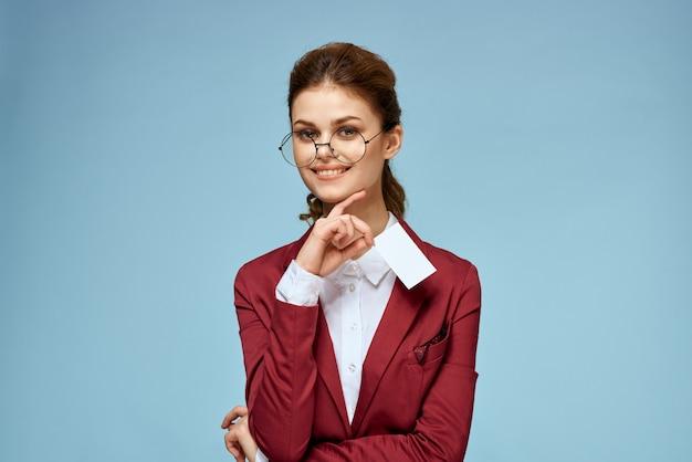 Молодая деловая женщина позирует