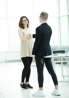 彼女のビジネスパートナーと握手する若い実業家