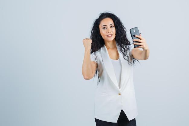 Giovane imprenditrice che si fa un selfie