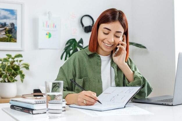 Молодой предприниматель разговаривает по телефону концепция онлайн-бизнеса или домашнего офиса связи