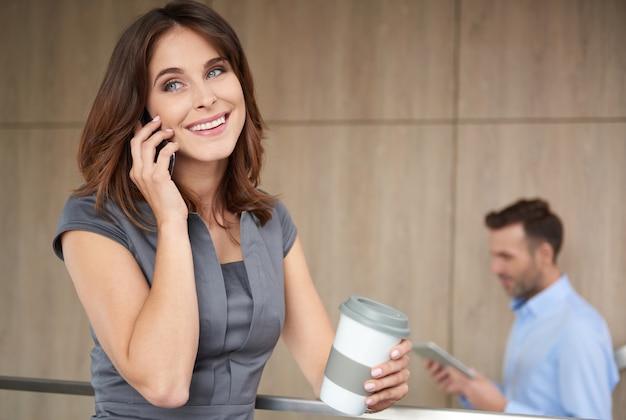 Молодой предприниматель разговаривает по телефону