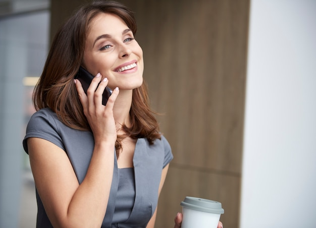 Giovane imprenditrice parlando al telefono