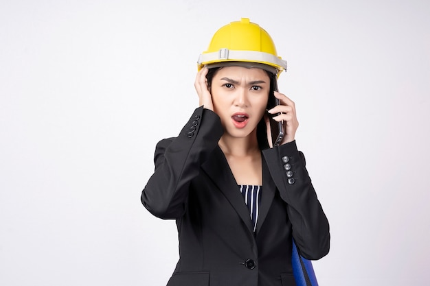 Молодой предприниматель недоволен во время разговора по мобильному телефону на белом