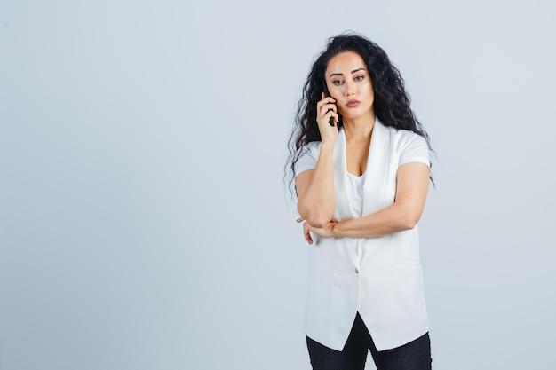 Giovane imprenditrice che usa un telefono