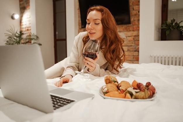 ノートパソコンを使用してビデオを見ている若い実業家