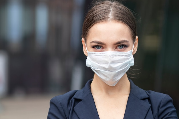 防護マスクを着ている若い実業家