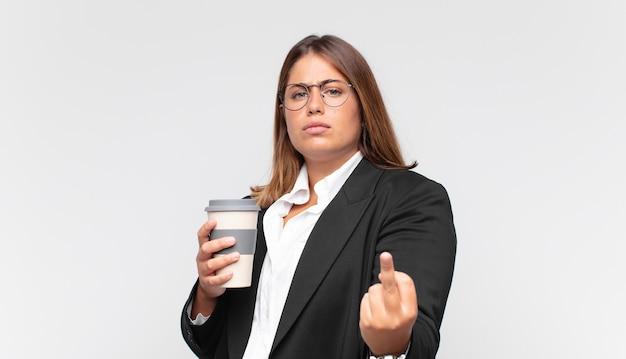 コーヒーを飲みながら、怒り、イライラ、反抗的、攻撃的、中指をひっくり返し、反撃する若い実業家