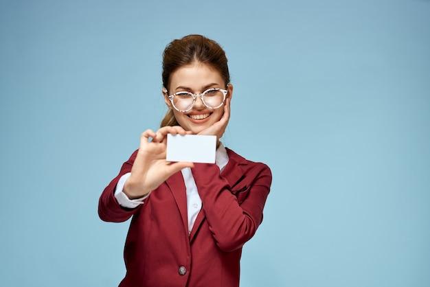 Молодой предприниматель с визитной карточкой в руке
