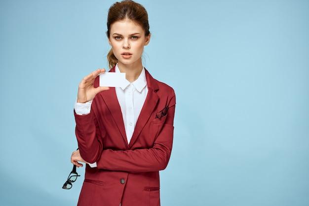 Молодая коммерсантка с визитными карточками в руке
