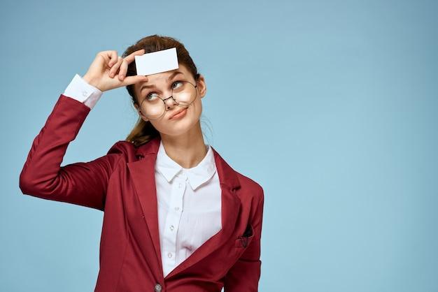 Молодой предприниматель с визитными карточками в руке