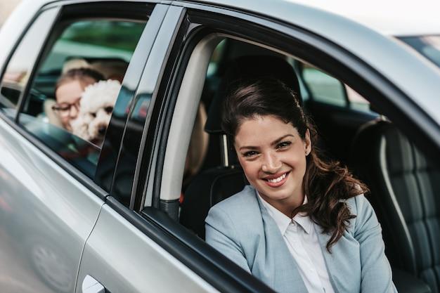 차에 그녀의 딸과 함께 젊은 사업가.