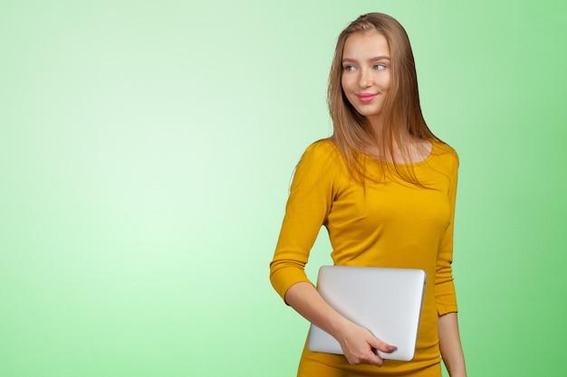 Молодая коммерсантка с компьтер-книжкой Premium Фотографии