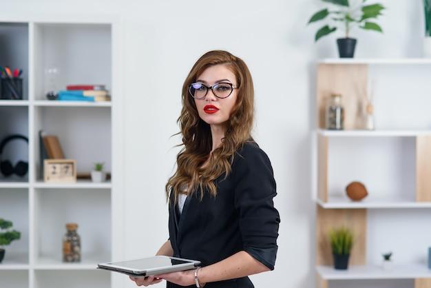Молодой предприниматель, работающий в офисе