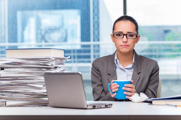 オフィスで働く若い実業家
