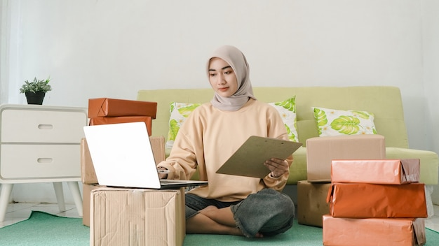방에서 노트북을 사용하여 일하는 젊은 사업가