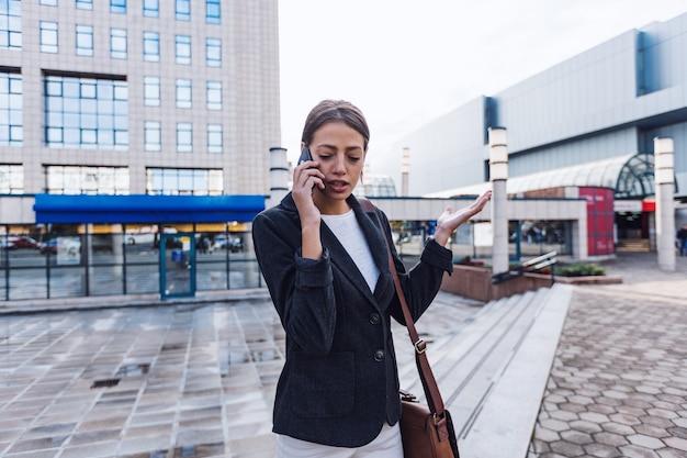 Молодые предприниматели в черном костюме с помощью смартфона