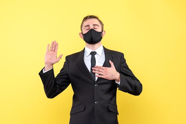 トラスの男性を示しているか、孤立した黄色のジェスチャーを私に頼っている若いビジネスマン
