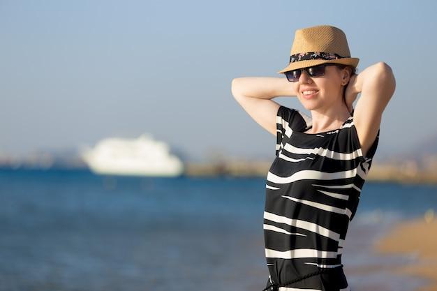 Молодая беззаботная женщина на берегу моря