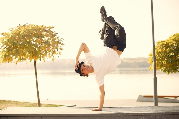 都市公園で屋外ダンスカジュアルな若者