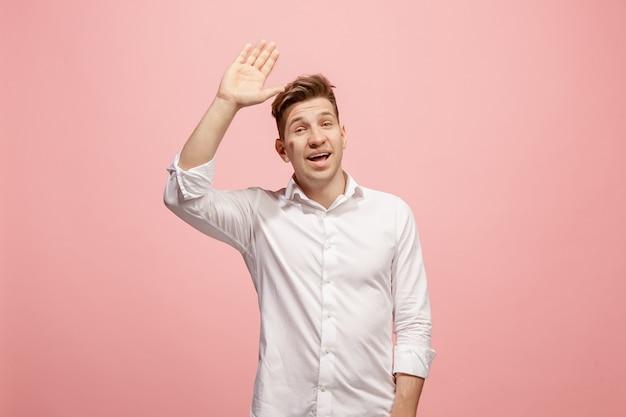 ピンクの壁にカジュアルな若者