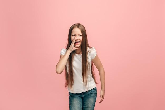 스튜디오에서 외치는 젊은 캐주얼 십 대 소녀