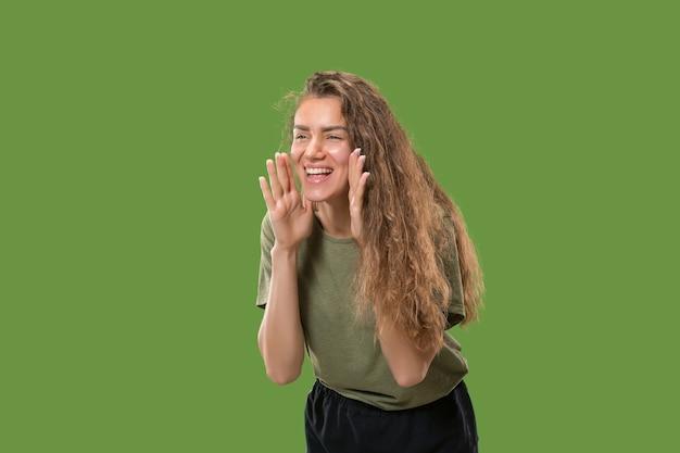 叫んでいる若いカジュアルな女性