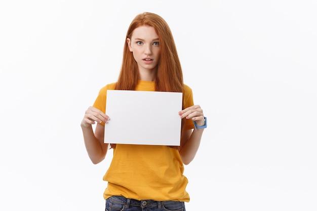 흰색 배경 위에 고립 된 젊은 캐주얼 여성 스타일 보류 사인 카드