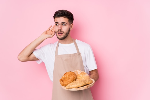 若い白人のパン屋の男は、ゴシップを聞いて孤立しました。