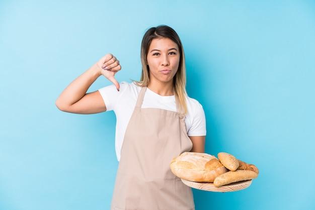 Молодая кавказская женщина-пекарь чувствует гордость и уверенность в себе, пример для подражания.