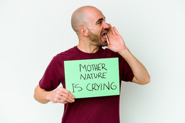 開いた口の近くで叫び、手のひらを保持している白い背景で孤立して泣いている母なる自然を保持している若い白人のハゲ男。