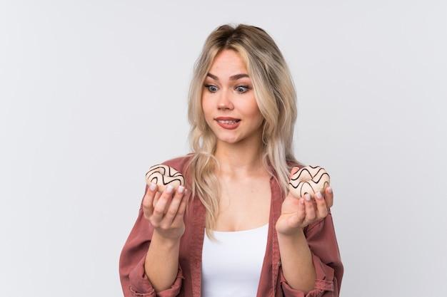 Молодая кавказская женщина красоты над изолированной белой стеной