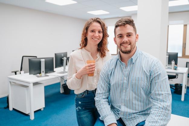 젊은 백인 소년과 여자는 앞을 찾고 백그라운드에서 많은 컴퓨터