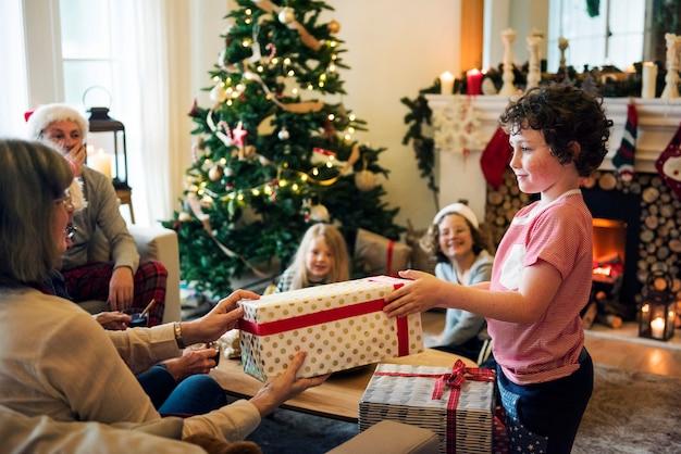 Молодой кавказский мальчик с рождественским подарком