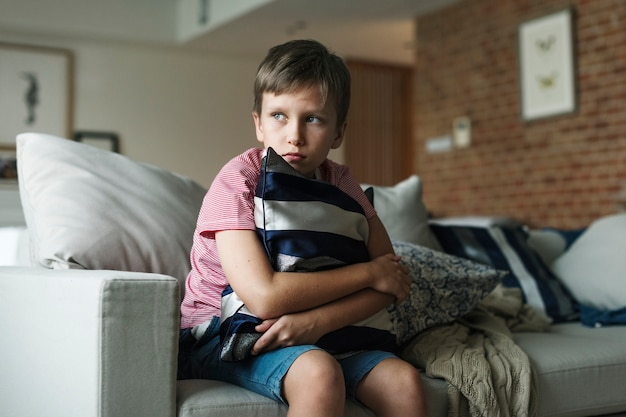 Молодой кавказский мальчик с подчеркнутыми эмоциями